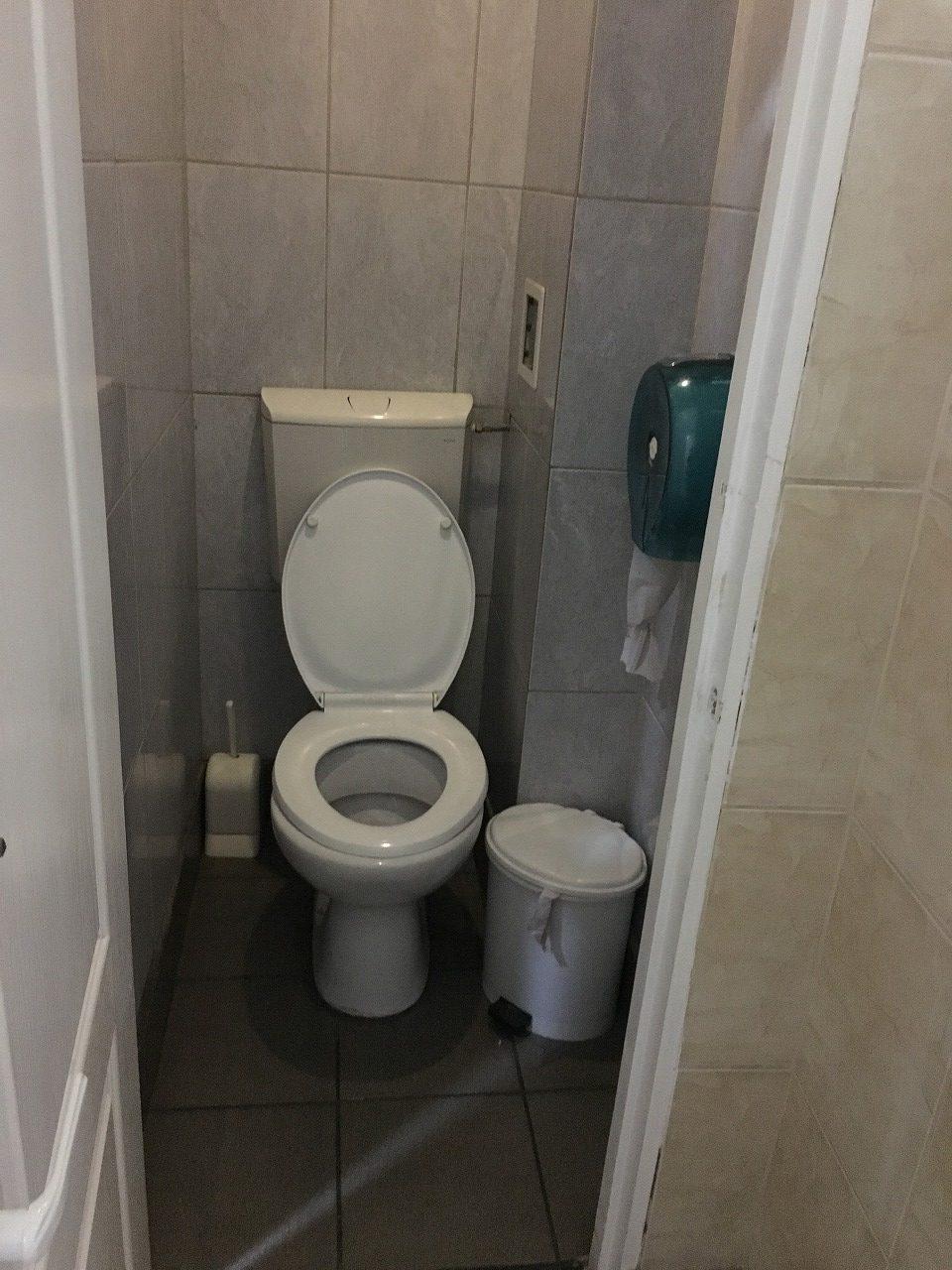シナイア駅構内のトイレ