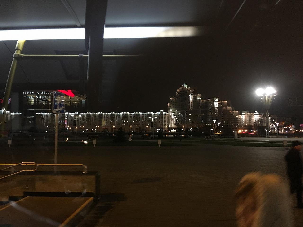 巨大マンションの夜景